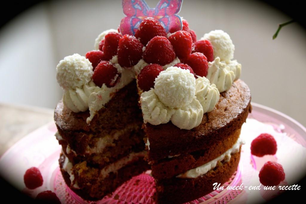 Layer cake coco curcuma, confiture goyavier basilic et chantilly coco